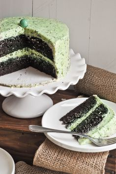 Mint Chocolate Chip Cake via Lemon Sugar. Cake and Frosting recipes, from scratch. Supposed to evoke chocolate chip ice cream. in a cake. If you love mint chocolate chip ice cream - you'll love this cake. Desserts With Chocolate Chips, Chocolate Chip Cake, Mint Chocolate Chips, Just Desserts, Chocolate Frosting, Yummy Treats, Sweet Treats, Yummy Food, Delicious Recipes