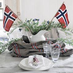 Bilderesultat for 17 mai pyntet bord Progressive Dinner, Floral Arrangements, Table Decorations, Furniture, Home Decor, Decoration Home, Room Decor, Flower Arrangement, Flower Arrangements