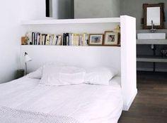 Pour fabriquer cette tête de lit avec des rangements intégrés, c'est très simple. Dessinez un plan à la hauteur de votre choix. Pour la largeur, additionnez largeur du lit + largeur d'une ou deux tables de chevet + épaisseur du retour. munissez-vous de Placoplatre BA13 pour monter une mini cloison qui servira de tête de lit. Faites un retour pour constituer une alcôve douillette. Posez enfin une étagère en bois peint, fixée au BA13 avec des chevilles adaptées.