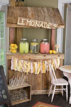 Uno de los clásicos es el puesto de limonada que ahora puede ser tu mesa de bebidas en una boda rústica