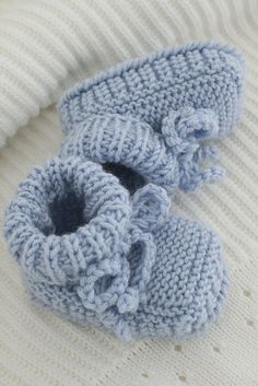 Little Boy Blue Booties Knitting For Kids, Baby Knitting Patterns, Baby Patterns, Knitting Projects, Crochet Projects, Hand Knitting, Crochet Patterns, Crochet Baby Shoes, Crochet Baby Booties