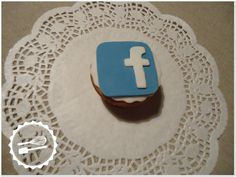 """Cupcake de baunilha com decoração em fondant.  Tema: """"Internet"""" #Cupcake #facebook"""