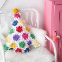Christmas Crochet tree Cool Christmas Trees, Christmas Balls, Xmas Tree, Christmas Tree Decorations, Christmas Diy, Holiday Decor, Holiday Crochet Patterns, Crochet Tree, Xmas Ornaments
