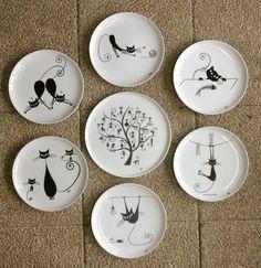 L'Atelier d'Alex Peinture à la main sur tous supports en céramique ou porcelaine, recuits en four à 800°, et personnalisables à votre gré.  Service 6 Assiettes Chats et le plat . Produits à commander sur le site Régionelles, en rubrique Art Déco