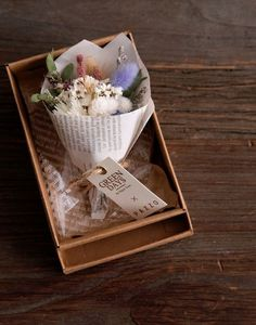 Flower Box Gift, Flower Boxes, Flower Cards, Dried Flower Bouquet, Dried Flowers, Paper Flowers, How To Wrap Flowers, How To Preserve Flowers, Flower Packaging