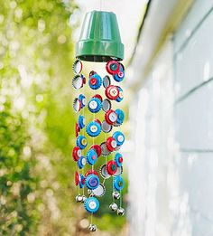 A Children's Garden: 7 Sunny Garden Crafts including wind chimes made with bottle tops and buttons Family Crafts, Fun Crafts For Kids, Summer Crafts, Arts And Crafts, Carillons Diy, Wind Chimes Craft, Bottle Cap Crafts, Bottle Caps, Ideias Diy