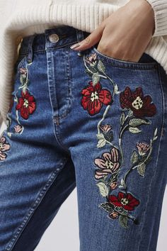 Embroidered jeans are coming back in? I love embroidered jeans! I had like a million pairs of super cute embroidered jeans when I was Outfit Jeans, Dress Outfits, Cute Outfits, Mode Style, Style Me, Cooler Stil, Moderne Outfits, Style Feminin, Bordado Floral