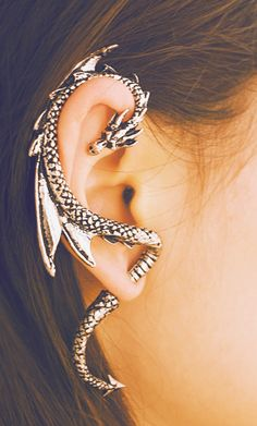 This is freakin' cool! Piercing Types and 80 Ideas On How to Wear Ear Piercings Awesome, but what about the piercings I already have? I graduated in have 6 piercings in my r.ear & 9 piercings in my l. Innenohr Piercing, Ear Lobe Piercings, Dragon Ear Cuffs, New Fashion Earrings, Fashion Jewelry, Women's Fashion, Fashion Vintage, Cheap Fashion, Fashion Trends