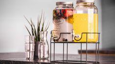 Cocktails, verse sappen of gekoeld water: met deze drank dispenser van het merk Sareva tap je de heerlijkste drankjes! Ideaal om te gebruiken bij een tuinfeest of een gezellige barbecue. Beide dispensers hebben samen een inhoud van 6 liter en zijn gemaakt van een hoogwaardig kwaliteit glas. Drink Dispenser, Red Bull, Energy Drinks, Beverages, Canning, Cocktails, Seeds, Corning Glass, Craft Cocktails