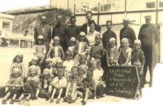 Marken klassefoto 1956 vrij veel kinderen nog in klederdracht. Vanaf zo ongeveer 1984 zie je ineens niemand meer in klederdracht...