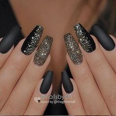 Easy Spring Nails & Spring Nail Art Designs To Try In Matte black nails with glitter Black Nails With Glitter, Matte Black Nails, Coffin Nails Matte, Sparkly Nails, Best Acrylic Nails, Glitter Nail Art, Matte Gold, Stiletto Nails, Marble Nails