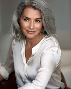 Ombre hair: the most beautiful color gradients and if we dared ombre hair? Grey Hair Old, Grey Hair Looks, Silver Grey Hair, Best Ombre Hair, Ombre Hair Color, Grey Hair Model, Natural Hair Styles, Short Hair Styles, Older Lady Hair Styles