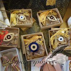 Γούρι για γραφείο από plexyglass σε διάφορα σχέδια ματιών σε συσκευασία δώρου Lucky Charm, Charms, Gift Wrapping, Gifts, Gift Wrapping Paper, Presents, Wrapping Gifts, Gift Packaging, Gifs