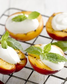 Gegrilde nectarines met Griekse yoghurt - Een heerlijk licht en gezond dessertje, en je kan het ook perfect klaarmaken op de barbecue.
