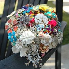 Things you can make with vintage costume jewelry. DIY crafts to make with old jewelry. Costume Jewelry Crafts, Vintage Jewelry Crafts, Vintage Costume Jewelry, Vintage Costumes, Jewelry Art, Opal Jewelry, Jewelry Model, Tiffany Jewelry, Hippie Jewelry