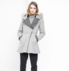 Manteau Carolina Marilyne Baril 785.00 $  Le manteau Carolina II vous gardera au chaud avec style cette saison. On aime sa fermeture à glissière asymétrique et son capuchon à fourrure de coyote canadien détachable. Le melton utilisé pour confectionner ce manteau est fabriqué au Québec.  80% laine 20% nylon Fourrure de coyote Doublure de viscose imprimée avec entre-doublure de flanelle de coton Créé et fabriqué à Montréal Nylons, Fibres, Raincoat, Jackets, Collection, Style, Fashion, Wool, Cotton