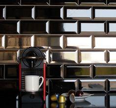modernes Design mit klassischem Flair - schwarze traditionelle rechteckige Fliesen mit edlem Glanz