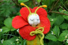 handgefilzte Raupe Püppi, in Ihrer Blumenwiege von Frau Brunsels Filz auf DaWanda.com