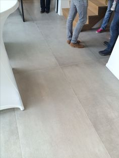 Cet aspect mais en dimension 60 x 60 Hallway Flooring, Wood Tile Floors, Bedroom Flooring, Stone Flooring, Home Office Design, Home Interior Design, House Design, Hall Tiles, Concrete Look Tile