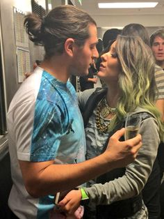Julien Solomita and Jenna Marbles<<< Shane is like, SHOOK in the back 😂😂 Julien Solomita, Jenna And Julien, Cute Celebrity Couples, Cute Couples, Jack And Conor Maynard, Perfect Relationship, Relationship Goals, Joe Sugg, Shane Dawson