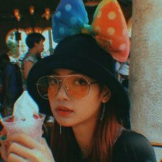 she reminded me of Taehyung here in this picture. Kpop Girl Groups, Korean Girl Groups, Kpop Girls, Lisa Bp, Jennie Blackpink, Yg Entertainment, Lee Hi, Blackpink Icons, Lisa Blackpink Wallpaper