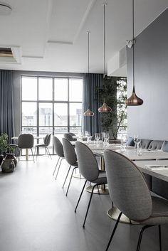 Lights: ORIENT, design: jo hammerbørg Gubi // Beetle Chair at The Standard, Copenhagen. Veranda Restaurant, Deco Restaurant, Restaurant Interior Design, Modern Interior Design, Interior Architecture, Luxury Restaurant, Modern Restaurant, Restaurant Ideas, Design Interiors