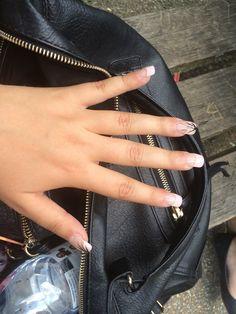 Posé de faux ongles de capsule rose résine et gel avec dessins
