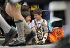 Japanische Kinder, nicht in Kimono, nicht in Jeans, sondern in der Lederhose. Wo wohl? Auf der Wiesn.