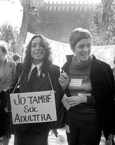 Colita. Maruja Torres y Montserrat Roig en la manifestación en Barcelona en noviembre de 1976 para exigir la despenalización del adulterio.