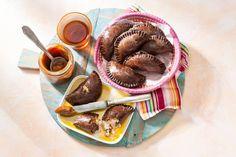 Deze zoete variant van gevulde deeghapjes heeft een vulling van banaan, honing, kokos en koffieboontjes. Verrassend! - Recept - Allerhande