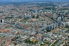 ღღ Die Baustelle in der Mitte des Fotos zeigt, wo das sogenannte Humboldt-Forum für die Museumssammlung in Gestalt des Berliner Schlosses errichtet wird.