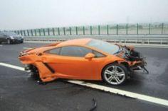 Phóng viên phá nát siêu xe Lamborghini - http://xeoto.asia/phong-vien-pha-nat-sieu-xe-lamborghini.shtml