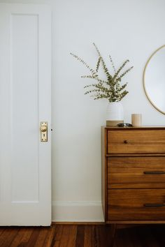 Simple And Effective Interior Home Design Solutions White Doors, White Walls, Home Bedroom, Bedroom Decor, Bedrooms, Decorating Your Home, Diy Home Decor, Decorating Tips, Craftsman Living Rooms