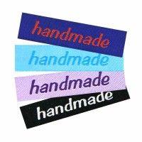 Bedruckte Textiletiketten selbst gestalten: Etiketten aus Satin individuell und günstig, ab 25 Stück, schnelle Lieferung. Satinetiketten zum Einnähen für Ihre selbstgemachte Kleidung. Drink Sleeves, Designs, Handmade, Satin, Glitter Text, Sewing Patterns Baby, Script Logo, Weaving, Diy Clothes
