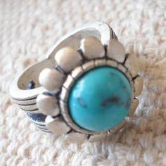 Espectacular anillo en tonos azules y plata, destaca tus dedos con este fantastico anillo. Lúcelo como tu quieras y donde tu quieras. De manera formal o informal le dará un toque casual a tus looks.