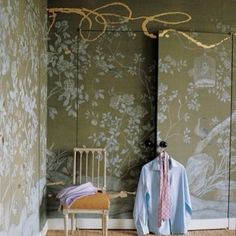 Decorator Jeffrey Bilhuber chose a hand-painted de Gournay wallpaper with a garden motif for the closet doors and walls of his Manhattan bedroom, and then commissioned artist Nancy Lorenz to add painterly flourishes in gold leaf on resin. Love the walls! De Gournay Wallpaper, Wallpaper Door, Chinoiserie Wallpaper, Gracie Wallpaper, Chic Wallpaper, Green Wallpaper, Wallpaper Ideas, Wardrobe Doors, Closet Doors
