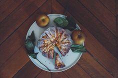 Jouluinenkakku 3omenaa 150gvoita 4munaa 2dlsokeria 1tlvanilja suolaa 3tlkanelia+1rklomenoihin 100gvalkosuklaata 3dljauhoja 2dlmantelijauhoa 2tlleivinjauhe loraus omenamehua Voitele&jauhota irtopohjavuoka. Lohkota omenat&lisää kaneli. Vaahdota voi&sokeri,lisää munat 1kerrallaan. Sekoita kuivat aineet&yhdistä. lisää mehu. Kaada puolet taikinasta vuokaan ja lisää omenalohkoja. Kaada loppu taikina, koristele omenoilla ja valkosuklaalla. Paista190C50min kakku saa jääda löysäksi keskeltä