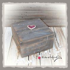 Ξύλινο χειροποίητο κουτί ευχών Γι αυτό έγινε ο κόσμος μάτια μου... για να σε συναντήσω. Διαστάσεις 30Χ30Χ18 εκ Συνοδεύετε από 50 χαρτονάκια ευχών για να γράψουν οι καλεσμένοι τις ευχές τους. - Για έξτρα χαρτάκια ευχών ή καρδούλες ευχών, επιλέξτε από τις διαθέσιμες επιλογές δεξιά από τη φ