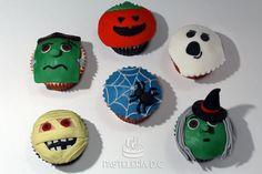 Cupcakes con diseño de Halloween cubiertos de fondant / Halloween cupcakes covered with fondant.