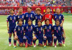 女子サッカーW杯カナダ大会・決勝トーナメント1回戦、日本対オランダ。試合前の写真撮影に臨む日本の選手(2015年6月23日撮影)。(c)AFP/Getty Images/Rich Lam ▼24Jun2015AFP|なでしこジャパンがオランダ下し8強入り、女子サッカーW杯 http://www.afpbb.com/articles/-/3052527 #2015_FIFA_Womens_World_Cup #Round_of_16_Japan_vs_Netherlands