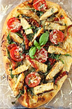 This Chicken Florentine Flatbread Pizza would go great with a nice glass of Oregon Pinot Noir. Looks so tasty! Healthy Snacks, Healthy Eating, Healthy Recipes, Spinach Recipes, Chicken Flatbread, Flatbread Pizza Recipes, Chicken Florentine, Gula, Gastronomia