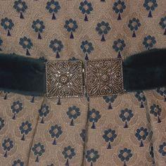 Wunderschönes edles Dirndl aus grauem Brokat mit blauem Blumenmuster, mit Reißverschluss vorne. Dazu gehört eine Schürze ist aus blauem Samt.  Die Bluse ist nicht dabei.  Das Dirndl...