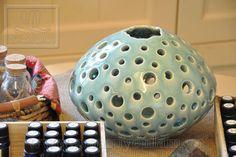 Vò tròn gốm vuốt tay chấm lỗ (pottery vase) Mã : VC 0061 00 25; kích thước : H25xD16.5; giá: 625,000VND. www.gomsuyenlam.vn