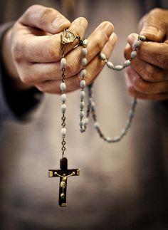 """Panis Angelicus-: """"C'è qualcosa di così confortante sulla preghiera del Rosario.  E 'come tenere le promesse della Madonna proprio lì nelle tue mani.  """""""