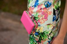 TIE BOW-TIE: SUMMER WEDDING OUTFIT: MIDI FLORAL DRESS AND PINK CLUTCH