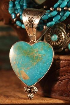 Silver and turquoise heart necklace. Pierre Turquoise, Shades Of Turquoise, Turquoise Jewelry, Silver Jewelry, Turquoise Pendant, Jewlery, Delicate Jewelry, Pendant Jewelry, Turquesa E Coral