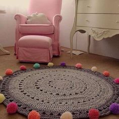 The round crochet rug is a versatile craft that you can make to decorate your home or even to sell and complement your income. Crochet Mat, Crochet Carpet, Crochet Rug Patterns, Crochet Motifs, Crochet Home, Love Crochet, Knit Rug, Crochet Projects, Crafts