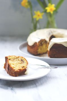 Rezept für schnellen Zimtschnecken-Kuchen mit Zimt-Swirl und Frischkäse-Icing | moeyskitchen.com