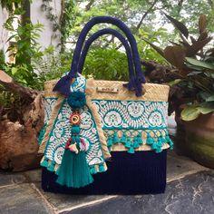 #verano#coloresatemporales Disponible tamaño mediano Informes por inbox o WhatsApp 9931089988 Crochet Beach Bags, Embroidery Purse, Gypsy Bag, Ethnic Bag, Summer Handbags, Diy Tote Bag, Crochet Handbags, Fabric Bags, Artisanal