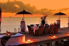 Conheça 10 hotéis em ilhas particulares Se a ideia é passar as férias longe de tudo e com total privacidade, nada melhor que uma ilha paradisíaca particular. Uma lista de dez hotéis que ficam em ilhas particulares ao redor do mundo e que oferecem tranquilidade e muito luxo.